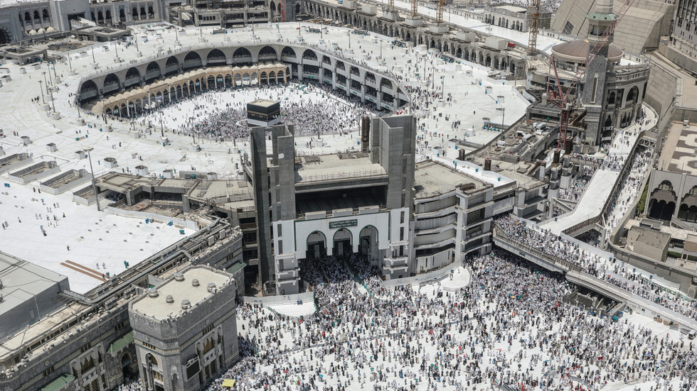 Saudi Arabia limits worship at Mecca & Medina mosques, risking tighter crowds amid coronavirus pandemic