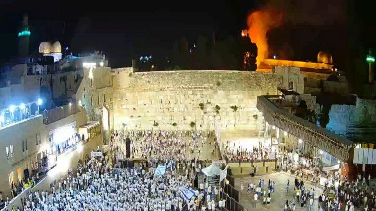 FIRE erupts exterior Al Aqsa mosque in Jerusalem amid ...