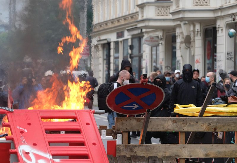 Antifa burn barricades & conflict with police at protest in opposition to trial of left-wing activist in Germany (VIDEOS, PHOTOS)